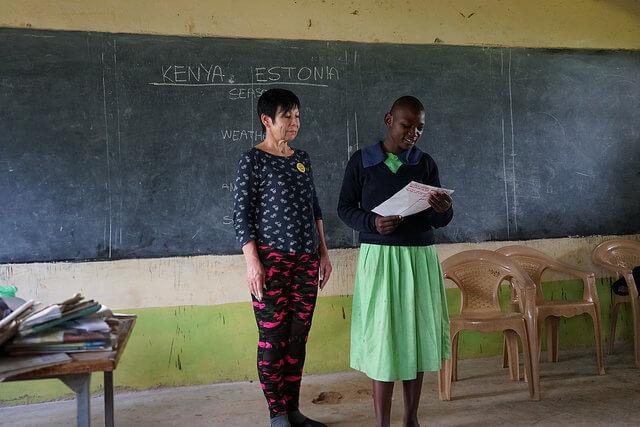 Anne koos Khabakaya Primary kooli õpilasega, kes esitleb Eesti ja Keenia erinevusi ja sarnasusi